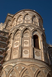 Апсида собора с ложными арками и инкрустациями