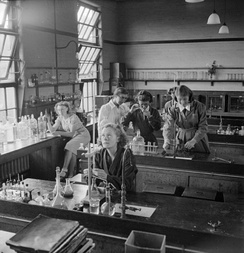 Students in the science laboratory at Kendrick in 1945