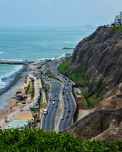 Circuito de playas passing through the Miraflores District with the Pacific Ocean in the background.