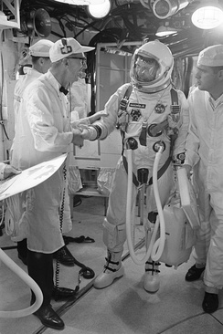 Wendt offers his best wishes to Astronaut Walter M. Schirra Jr., command pilot, as he arrives in the white room atop Pad 19.