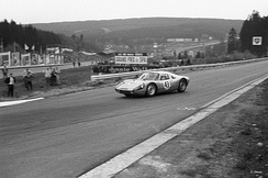 A Porsche 904 GTS turning into La Source in 1965