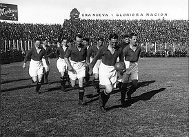 Motherwell F.C. players entering to River Plate field to play the first match of the tour, May 1928