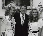 Shawn Weatherly, Miss Universe 1980 and Kim Seelbrede, Miss USA 1981 together with the then-US President Ronald Reagan.