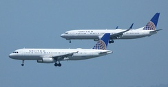 United Airlines Airbus A320 (front) and Boeing 737-900 on final approach