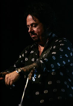 Lukather performing with Ringo Starr, 2016