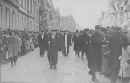 The official opening of the Catholic University of Nijmegen in 1923. The academic bedel walks with the new professors to the Saint Ignatius Church.