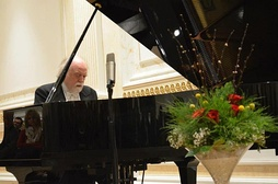 Peter Donohoe playing piano in Pristina in 2013.