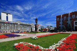 Площадь Столыпина. Слева— саратовская мэрия, в центре— памятник П.А.Столыпину, справа— Саратовская областная дума