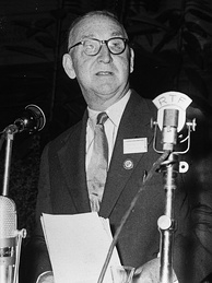 Cockcroft receiving the Atoms for Peace Award in January 1961