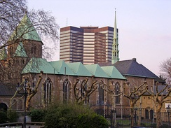 Old and new government seats: Essen Cathedral (front) and the city hall (background)