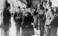 Sultan Mehmed V and Kaiser Wilhelm II in Constantinople, 1917. The Ottomans joined World War I on the side of the Central Powers.[81]