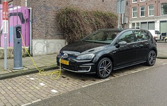 Golf GTE at a charging point in Amsterdam