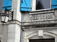 The wording salle d'asile was the former name of current école maternelle