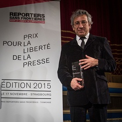 Cumhuriyet 's former editor-in-chief Can Dündar receiving the 2015 Reporters Without Borders Prize. Shortly thereafter, he was arrested.