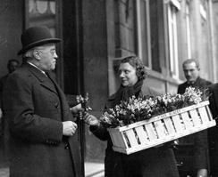Премьер-министр Франции Альбер Сарро покупает 1 мая букетик ландышей. Во Франции первого мая отмечают День ландыша. До слияния с Днём труда в начале XX века праздник ландышей проходил в первое воскресенье мая[15].