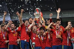 Spain players holding the Henri Delaunay Trophy.
