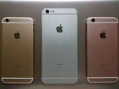 The back-sides of iPhone 6s and 6 plus with gold, silver and rose gold.
