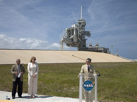 KSC Director Bob Cabana announces the signing of the pad 39A lease agreement on April 14, 2014. SpaceX COO Gwynne Shotwell stands nearby.