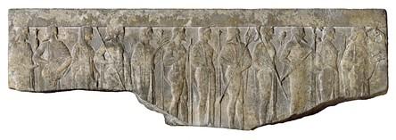 Барельеф с изображением двенадцати олимпийских богов, держащих свои атрибуты. Слева направо: Гестия, Гермес, Афродита, Арес, Деметра, Гефест, Гера, Посейдон, Афина, Зевс, Артемида и Аполлон. Художественный музей Уолтерс.
