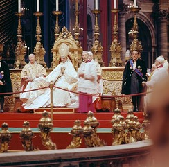 Saint Pope Paul VI presiding over the introductory ingress of the Council, flanked by Cardinal Alfredo Ottaviani (left), Cardinal Camerlengo Benedetto Aloisi Masella and Monsignor Enrico Dante (future Cardinal), Papal Master of Ceremonies (right), and two Papal gentlemen.