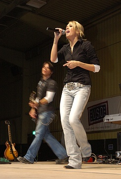Underwood performing in Iraq in December 2006