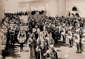 After his coronation, Nicholas II leaves Dormition Cathedral. The Chevalier Guard Lieutenant marching in front to the Tsar's right is Carl Gustaf Mannerheim, later President of Finland.