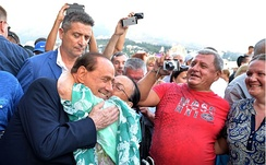 Berlusconi among the crowd during his trip in Crimea, 2015