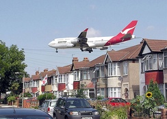 A Qantas Boeing 747-400 on approach to London Heathrow runway 27L[8]