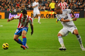 Pepe chasing down Sergio Agüero of Atlético Madrid in 2010