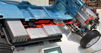 Nissan Leaf cutaway showing part of the battery in 2009