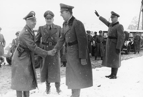 Daluege (right) in Cracow in 1939, shaking hands with Heinrich Himmler (left).  Hans Frank (center) stands between them.
