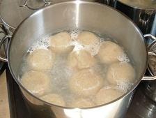 Баварский картофельный кнёдль во время приготовления
