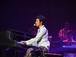 Wang Leehom playing the piano at 2007 Heroes of Earth concert in Las Vegas.