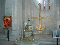 Центральная апсида с иконой Дмитрия Солунского, купольным крестом и ковчежцем-мощевиком