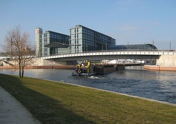 Spree with Berlin Hauptbahnhof & the entrance of a canal