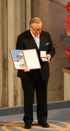 Martti Ahtisaari receiving the 2008 Nobel Peace Prize
