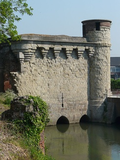 The Tower of Arquets (14th century) controlled the entry of the Scheldt in the city and the flood defences.