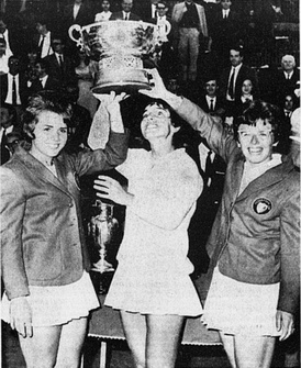 From left to right: the United States national team tenniswomen Carole Caldwell Graebner, Julie Heldman and Billie Jean King in Turin, Italy, holding the Federations Cup 1966 won against West Germany women's national tennis team