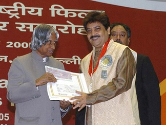 Udit Narayan receiving award for the Best Male Playback Singer Award from former President of India A.P.J. Abdul Kalam