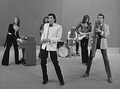 Roxy Music perform on TopPop in 1973. Left to right: Jobson, Manzanera (back), Ferry (front), Thompson, Maida, Mackay