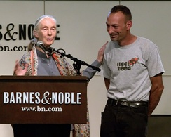 Goodall in 2009 with Lou Perrotti, who contributed to her book, Hope for Animals and Their World.