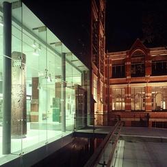 Современный вход в Манчестерский музей