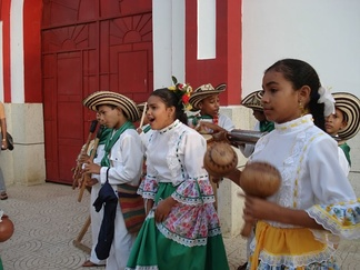 Children playing cumbia instruments. Notice the gaita, maracas, instruments mentioned by Gosselman in his historical record.