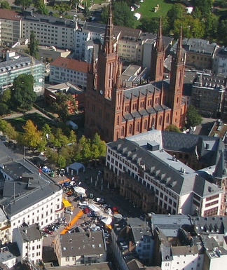 Aerial photo of the Schloßplatz in Wiesbaden with the Stadtschloss (left) and the New Town Hall (right)