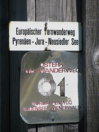 Trail labels of the 'E4' and the 'Österreichischer Weitwanderweg 01' near Fontanella, Austria