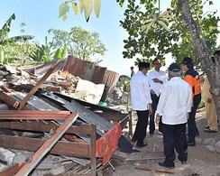 President Joko Widodo examining the earthquake damage.