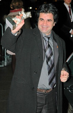 Jafar Panahi holds his Silver Bear statue at the 2006 festival.