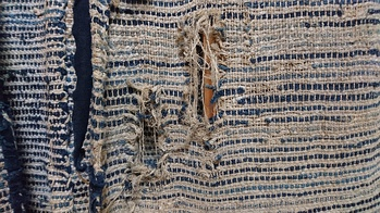 Saki-ori fabric is commonly woven from indigo-dyed fabric strips.