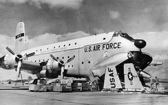 63d TCW C-124 at Hamilton AFB, California being prepared to load a Lockheed F-104 Starfighter being transported to Formosa, 1958