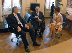 Alfonsín (center) with President Cristina Fernández de Kirchner (right) and First Gentleman Néstor Kirchner (left)